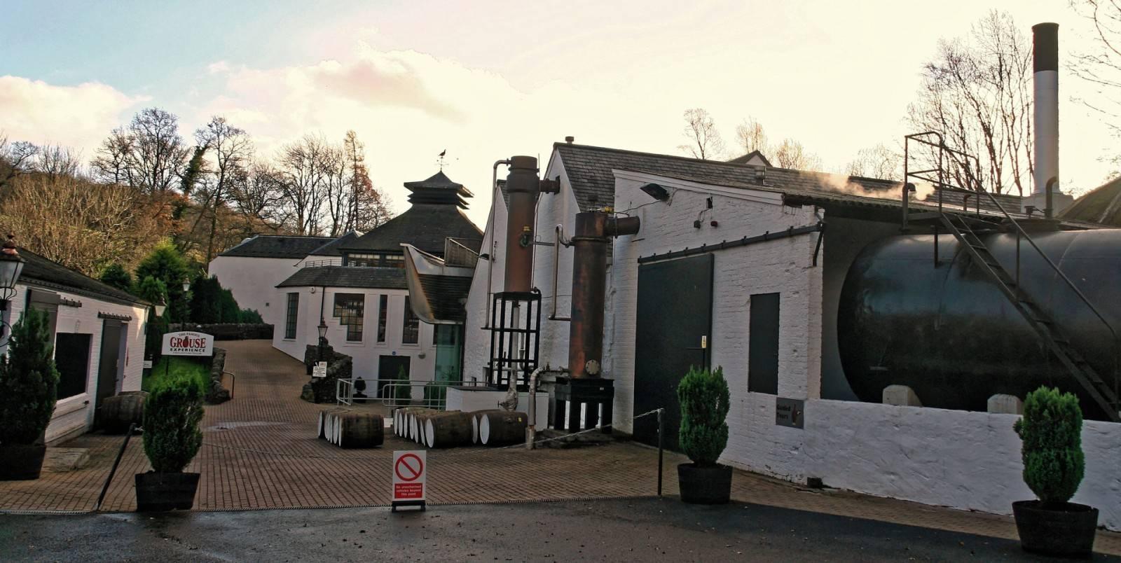 Glenturret Stillhouse mit Besucherzentrum im Hintergrund