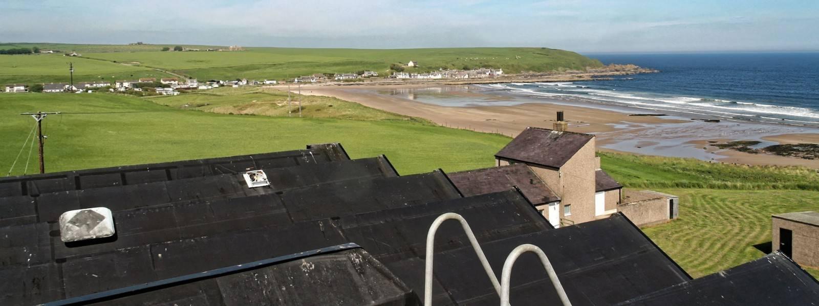 Glenglassaugh Schöne Aussicht Richtung Meer vom Dach des Stillhouse