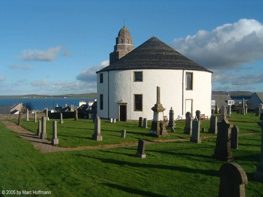 Die Rundkirche in Bowmore auf der Insel Islay (Kilarrow Parish Church)