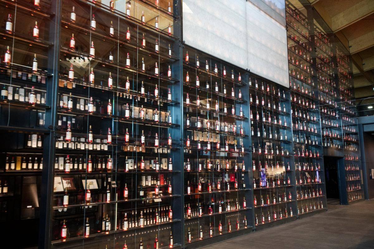 Macallan Besucherzentrum Flaschenwand